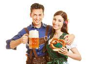 Paar mit Bier und Brezel zum Oktoberfest