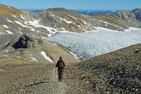 Wanderer auf einer Wanderung am Rand des Plaine Morte Gletschers