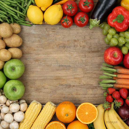Obst, Früchte und Gemüse bilden Rahmen auf Holzbrett mit Textfreiraum