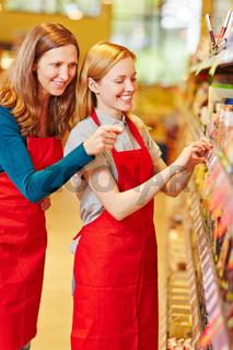 Verkäuferin in Ausbildung im Supermarkt