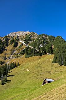 Der Gipfel Niesen mit der Trassenführung der Niesenbahn