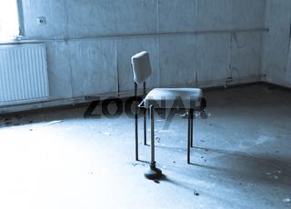 Stuhl und Pömpel