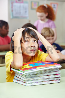 Schüler im Unterricht mit Collegeblock