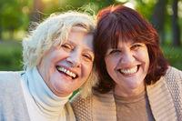 Zwei glückliche ältere Frauen im Garten