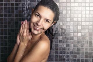 Attraktive Frau wäscht ihre Haare in der Dusche