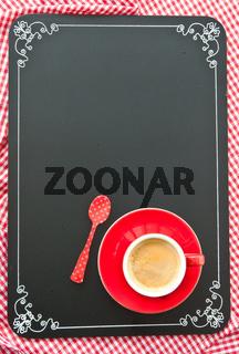 Tasse Kaffee auf schwarzer Tafel