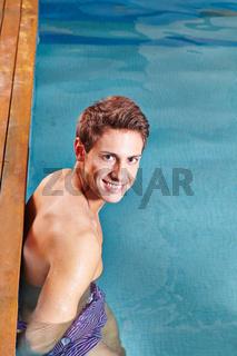 Mann am Rand vom Schwimmbecken