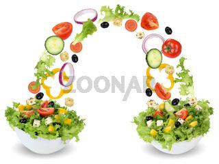 Fliegende Salat Zutaten in Schüssel mit Tomate, Gurke, Zwiebel und Paprika