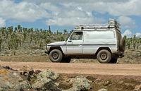 Geländewagen auf einer Höhe von 4000 m auf dem Sanetti Plateau