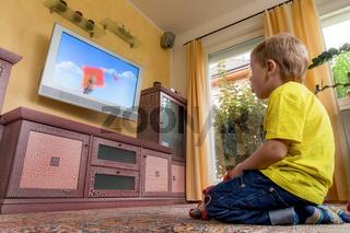 Kinder beim fernsehen