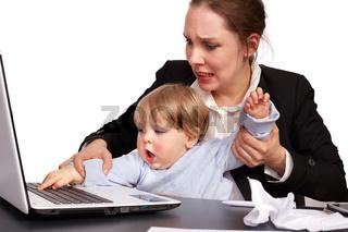 Mutter und Kind bei der Arbeit Serienbild 16