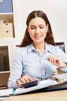 Frau im Büro wertet Finanzen aus