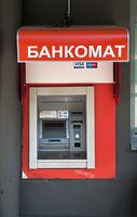 Geldausgabeautomat für Visa und Mastercard mit Aufschrift Bankomat in Russisch