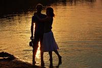 Paar am Strand mit Sonnenuntergang