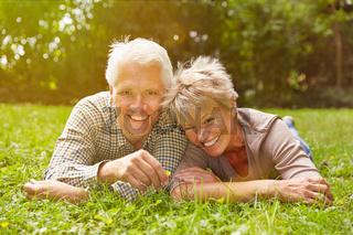 Paar Senioren liegt auf Wiese