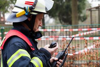 Feuerwehrmann im Einsatz beim Funken