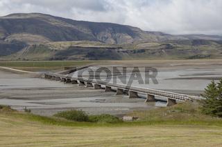 Einsame Brücke in der Landschaft, Island