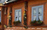 Holzskulptur eines deutschen Kaisers am Gildehaus Kaiserworth