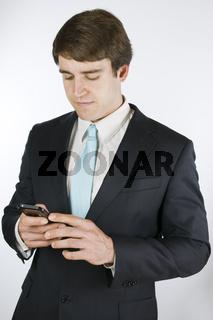 Mann prüft Nachrichten