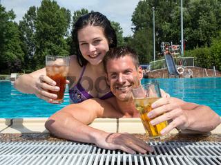 Paar im Hotel Swimming pool mit Drinks