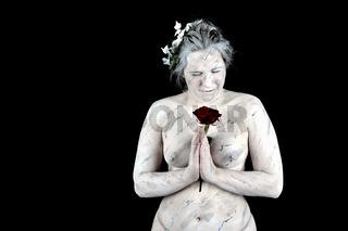Marmorstatue mit roter Rose