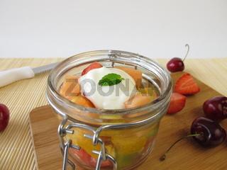 Frische Fruechte mit Joghurt im Glas