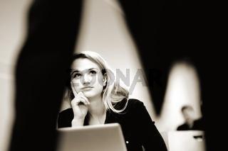 Hübsche blonde Studentin im Hörsaal