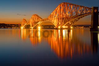 Die angestrahlte Forth Rail Bridge