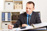 Buchhalter bei Betriebsprüfung im Büro