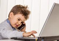 Kleiner Junge am Laptop