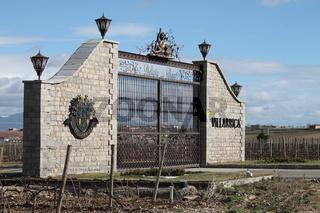 Muro y Verja de entrada a Viñedo de Bodega