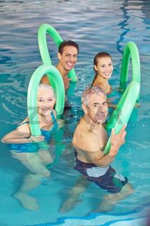 Leute beim Aquafitness Kurs im Schwimmbad