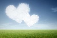 zwei Wolken in Herzform am Himmel