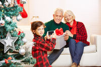 Kind macht Familienfoto mit Smartphone zu Weihnachten