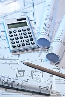 Baupläne, Taschenrechner und Stift