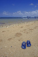 Badelatschen am Strand von Sanur als Symbolbild für Strandurlaub
