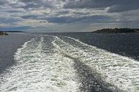 Weisse Gischt im Kielwasser eines Schiffes