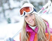 Glückliche Frau im Winter beim Skifahren