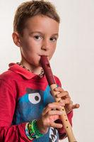 Kind spielt Flöte