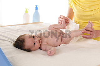 Mutter wickelt Säugling
