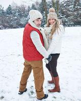 Paar geht im Winter wandern
