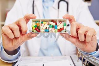 Arzt mit Pillendose mit Medizin
