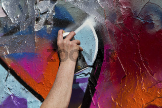 Graffitispray im Mauerpark in Berlin - Graffiti Spraying in the Mauerpark in Berlin