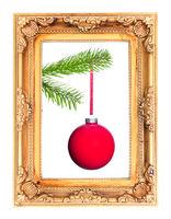 rote Weihnachtsbaumkugel am Tannenzweig in einem Bilderrahmen
