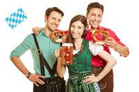 Freunde in Bayern mit Bier und Brezel
