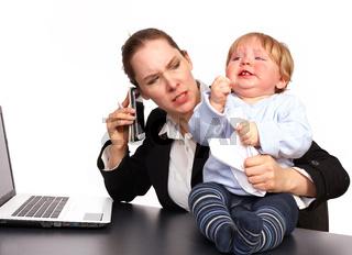 Mutter und Kind bei der Arbeit Serienbild 4