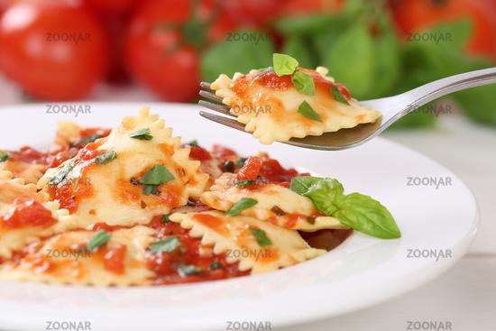 Ravioli Nudeln essen mit Tomaten Sauce Pasta Gericht mit Basilikum