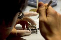 Uhrmacher baut eine Armbanduhr zusammen