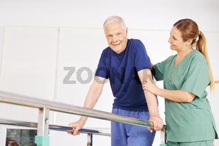 Alter Mann bei Physiotherapie auf Laufband