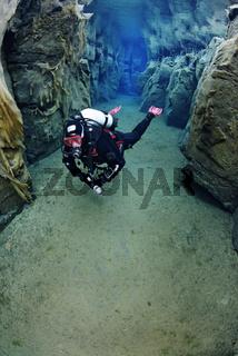 Nesgja, Taucher in glasklarer suesswasser Spalte in Nesgja, scuba diver in crystal clear fresh water in Nesgau, MR